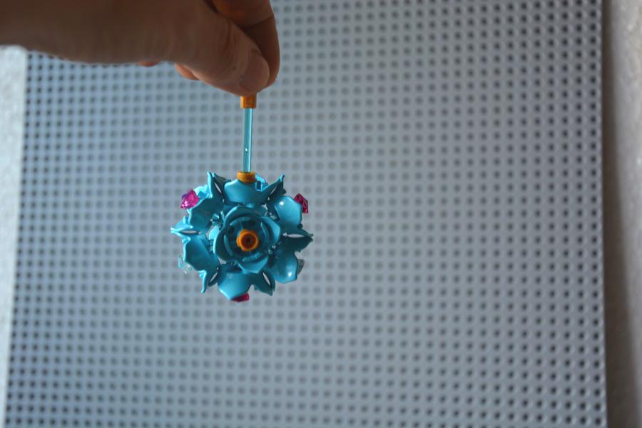 Glob cu Mos Craciun si buchet de flori